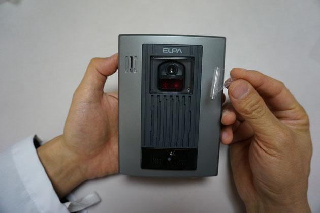 裏蓋を戻して、ネジをしめてカメラの部分に付いているフィルムをはがしました。準備万端?