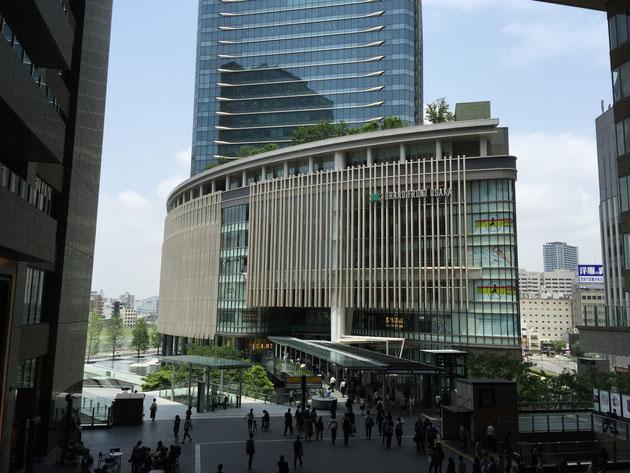 大阪駅のエスカレーターから見えるグランフロント大阪。今気がつきましたが、屋上庭園がある?