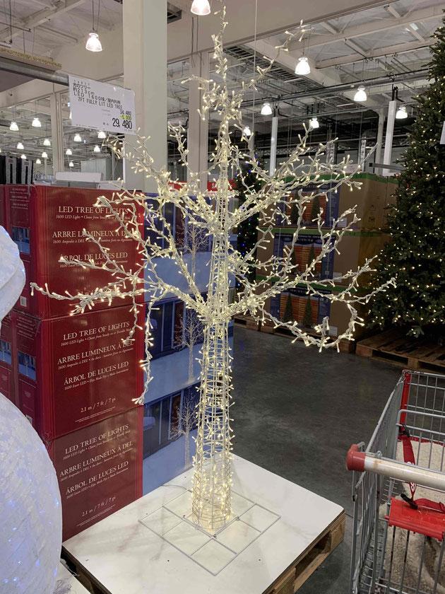 コストコで売っていた光の姿だけのツリー。
