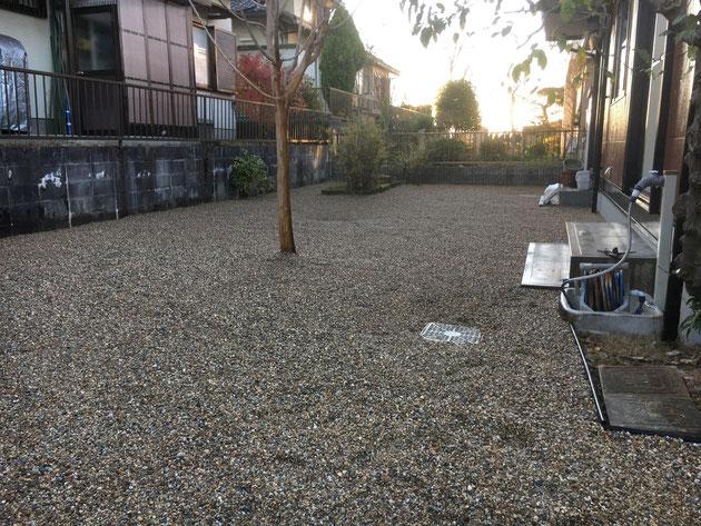 工事完了写真。 芝生の庭が、砂利敷きに!