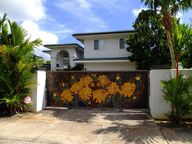 素敵なスライドゲートのあるお家。このゲートならば絶対家を間違えることは無い。