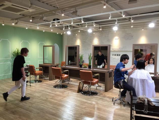 青色の服を着たのがカリスマ美容師小栗さん。素敵な店だ!!