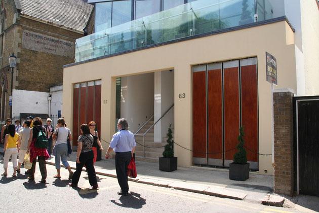 こちらはロンドン中心部ノッティングヒルあたりで撮った。トピアリーの使い方が上手い。
