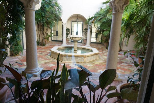 21億円のほうも同じく中庭がありました。こちらは、前回のうちより地中海感が若干強いかなと感じるデザインでした。