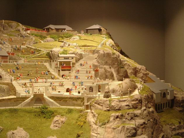 ミナックシアターの全景をあらわした模型。崖のこんなに危ない場所。これを一人でこつこつ作り続けて50年。凄すぎる。