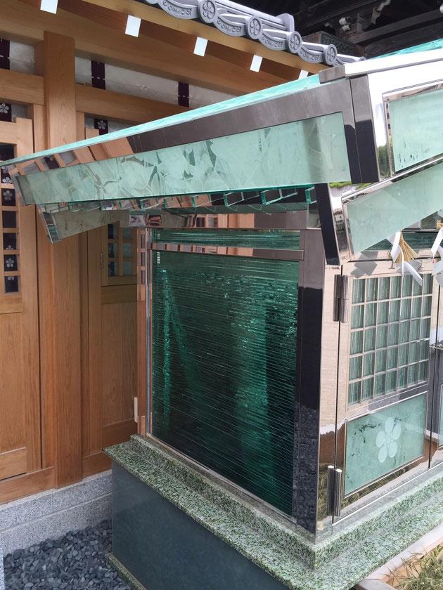 サイドのガラスは積層ガラス ガラスを積み重ねて面を作っている 外構でも使う事がありとてもモダンな質感が出る