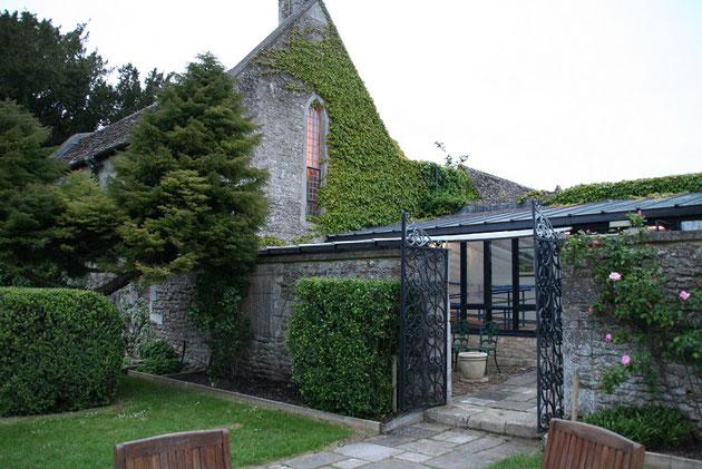 ここは確か教会だったと思います。アイアンの門扉が素敵です。