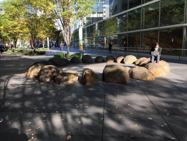 人は石に座って何かを考えたくなるのか?それにしてもこの施工は石加工が大変そうだ。