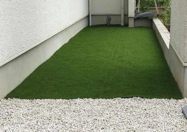 砂利敷きの庭を人工芝にリフォームしました!