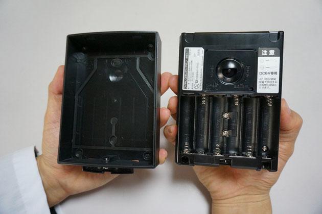 電池をいれる場所の中心にある2箇所のネジ。ここに弱電線を繋ぐこともできる。
