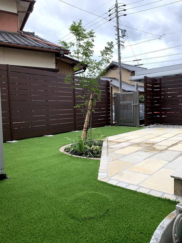 After 尾張旭市 人工芝と石張りの床と木調フェンス