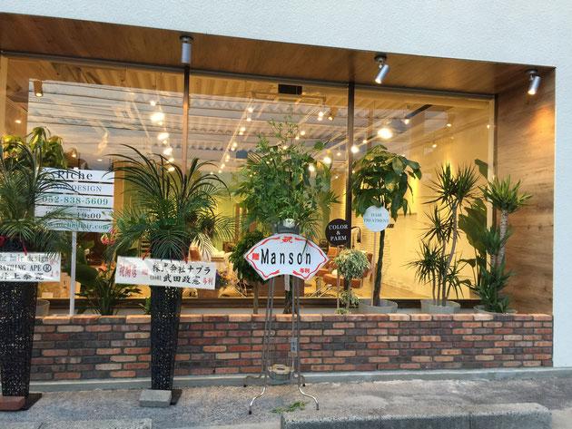 外には沢山のお花が飾られていました。名古屋独特の習慣でお花はみんな持ってかれてしまうけど、これが縁起がいいのです!!