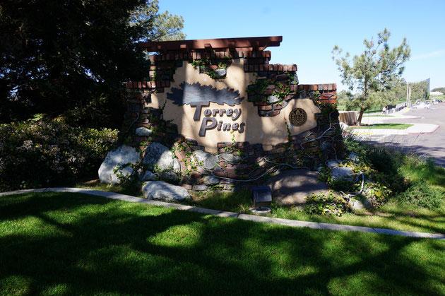 超名門のゴルフクラブ『Torrey Pines』の入り口にあったサイン。手作り?おおらかな感じがしますね。