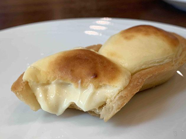 焼きたてが香ばしいフランスタルト。中はトロトロの何か・・・