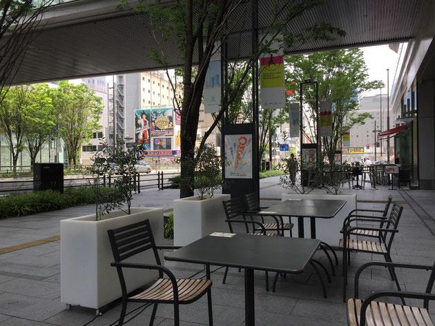 グランフロント大阪のオープンカフェ。道路との間に歩道があり、距離があるので、とてもリラックスした時間がすごせる。街路樹の緑が庭に居る様な感覚にさせる。