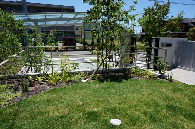 丁度居間の前は芝生の広がる庭スペース。最初から物置の場所を考えておくと庭もしっかりスペースが取れます。