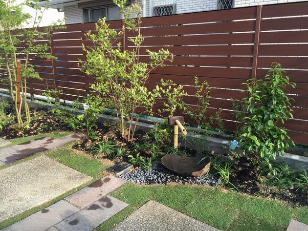 F&Fさんの製品(B-フェンス)を使って作った目隠しフェンス。庭には背景が重要だ。