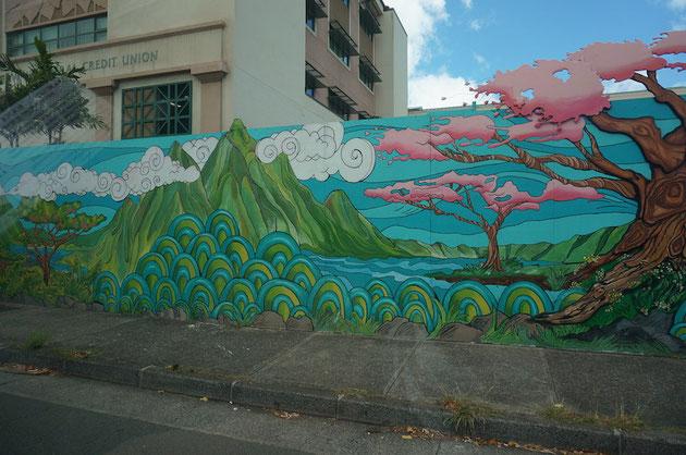 ハワイらしい絵が書いてありますが、ピンクの木はサクラかな?