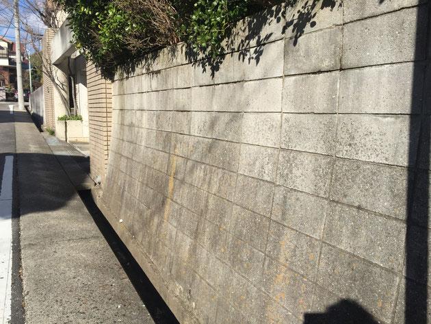 7段内側に倒れこむように積まれているコンクリートブロック。その上は垂直だ。これは凄い。