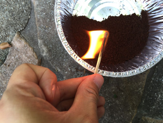 お灸のようにじわじわ燃えるというコーヒーかすだが・・・
