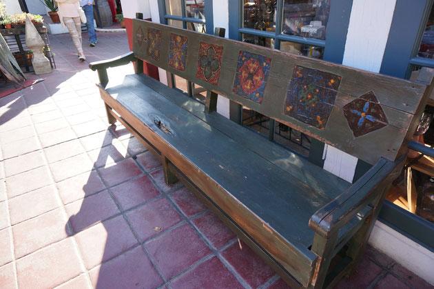 こちらもペイントされた椅子 スペインタイル風の模様が描かれている