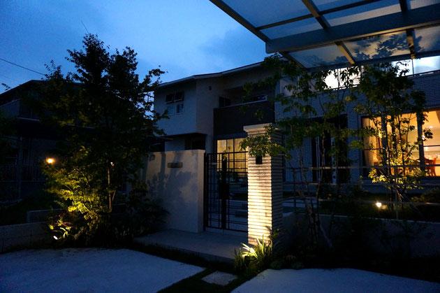 家の明かりが入るとエクステリアだけでなく家全体が温かみを帯びる