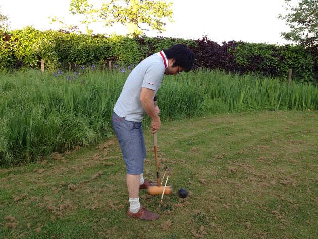 イギリスの家でクリケットのようなゲートボールのようなスポーツ『クロケット』を楽しむ