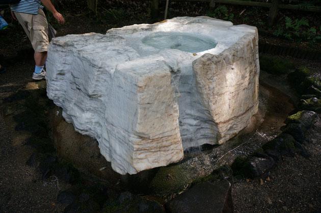 吐玉泉からは天然の水が溢れ出る。白い大理石を暗い影の空間で浮き出る様に見せる演出は素晴らしいの一言。