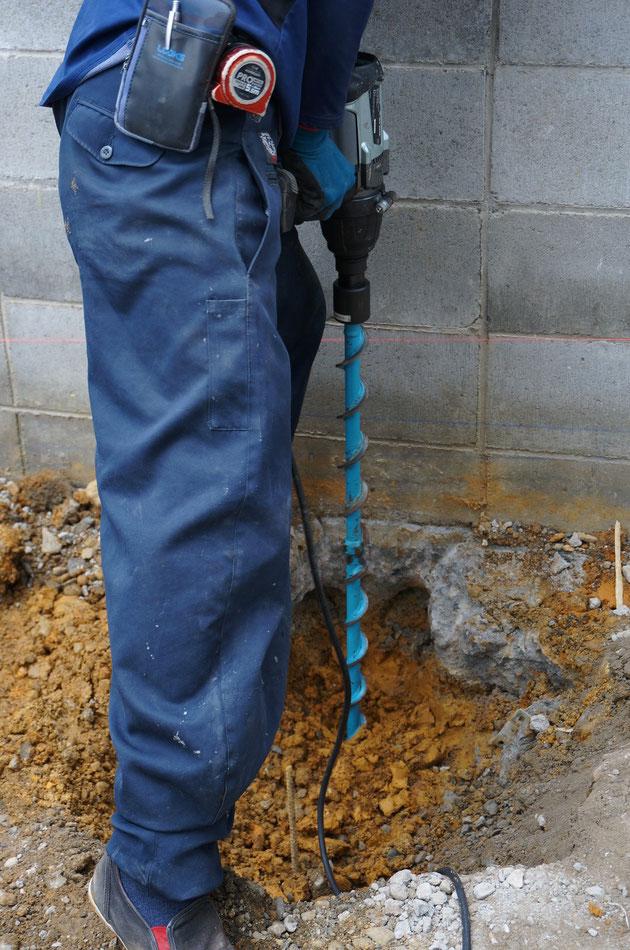 ダイリンさんから借りた工具で穴を掘って行きます。