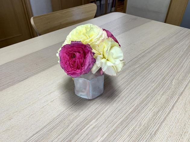 入り口の小さい花器にラナンキュラスをあしらう