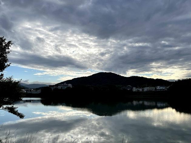 家の隣にある池ごしに東谷山を眺める