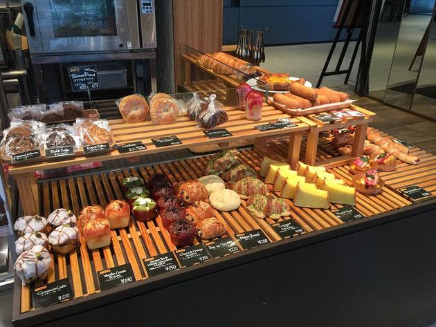 カラフルで美味しそうなパンが並ぶ店内。モーニングも期待できる!