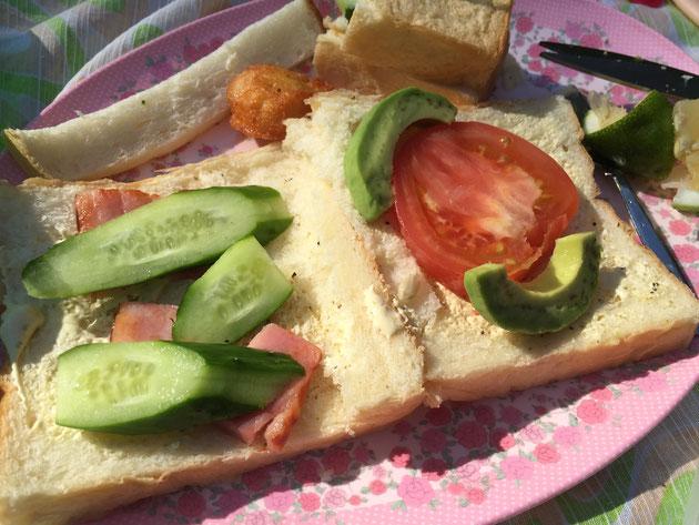 スプレッドを塗ったパンの上に野菜やベーコンをのせる!味の決めてはレモン!!!