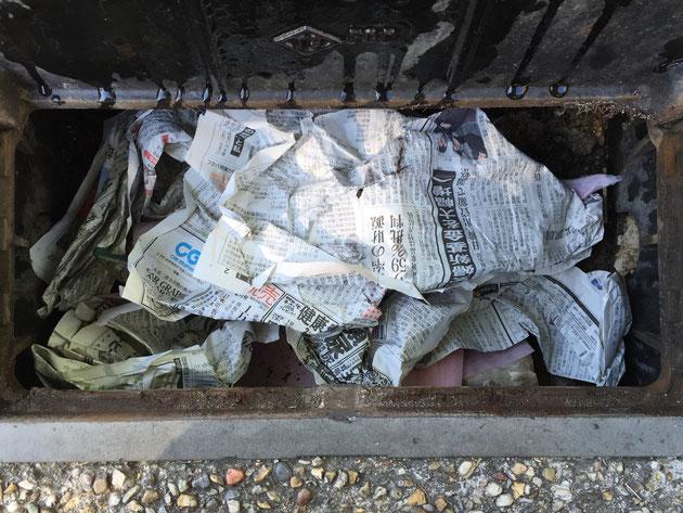 新聞紙をつめる。隙間無くつめると効果は高いと思う。