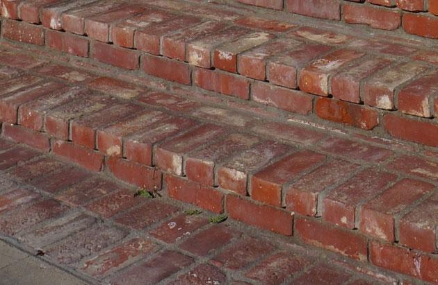 小端を1段積んでから小口を見せて積む。これがアメリカのレンガ階段蹴上スタイル?