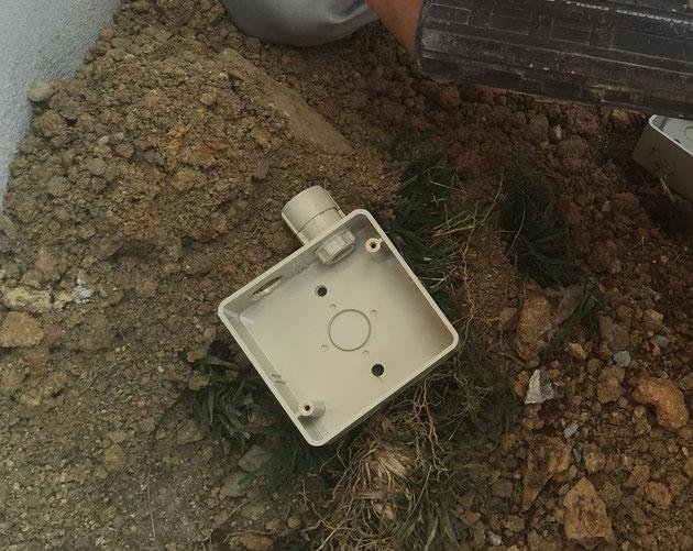 ジョイントボックスの背中に空いた二つの穴。ゴールド先端がこの穴をあけた。
