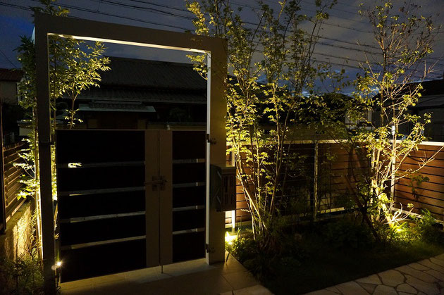 ライトアップによりおうちの中から夜の庭景色も楽しめる。