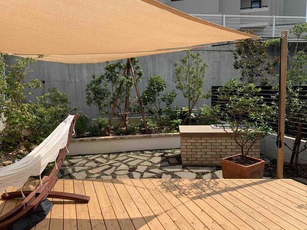 天然木デッキで自然を生活に取り入れる庭