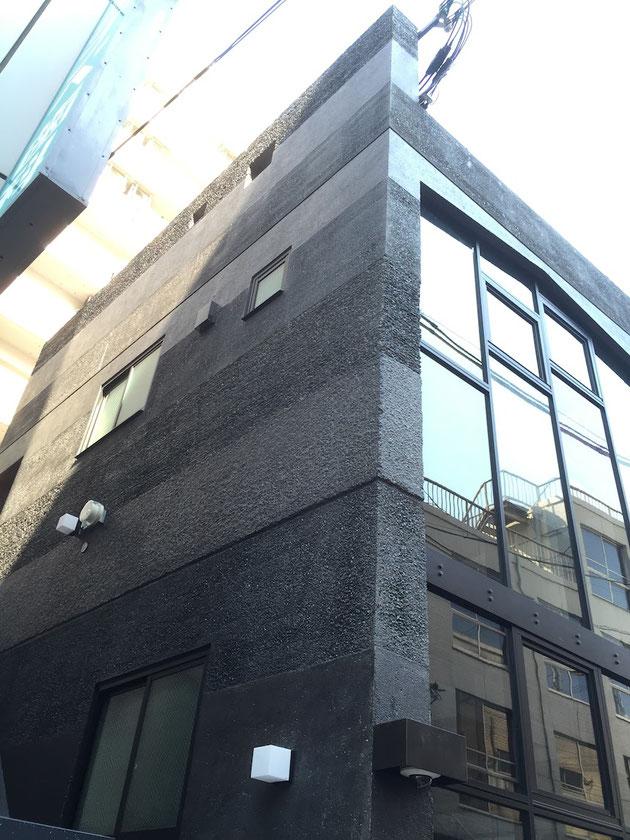 コンクリート打ちっ放し仕上げの外壁。色々な仕上げ方が施されている。