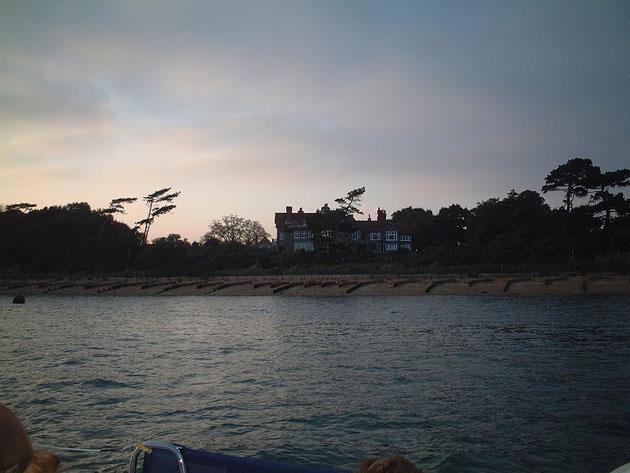 海岸沿いの素敵なイギリスの家。名探偵ポアロとかに出てきそう。