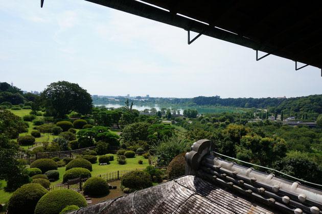 水戸偕楽園の好文亭の2階からの眺め。遠くに見える千波池と空と庭園。これぞ偕楽園の醍醐味!!!