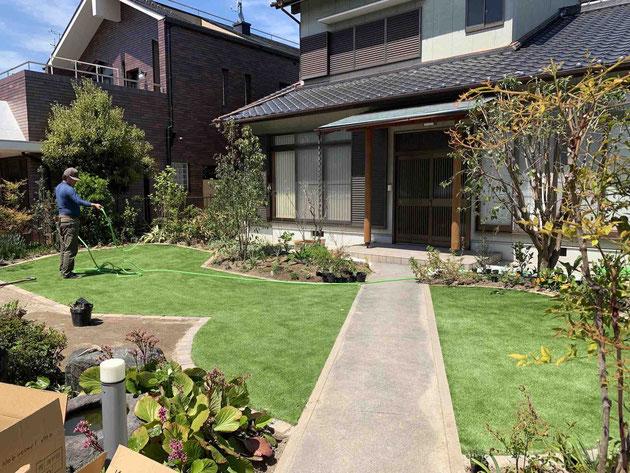 緑が美しく、ほとんど手間もかからない人工芝の採用が多くなっております!