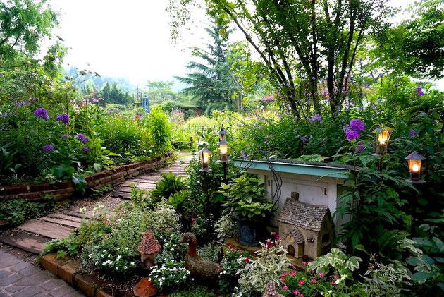 雰囲気のあるガーデン。植物だけでなく小物やライティングまで確りと。