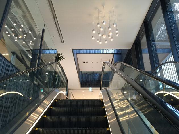 LIXIL名古屋ショールームはオシャレな照明が出迎えてくれます。