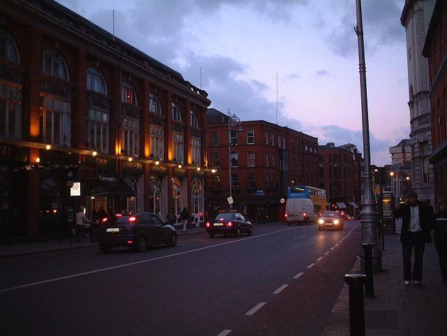ダブリンの雰囲気ある建物の壁面に施されたライティング。