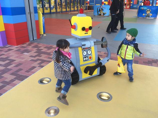 レゴランドの入り口の前に居たロボット。こちらももちろんレゴ製!