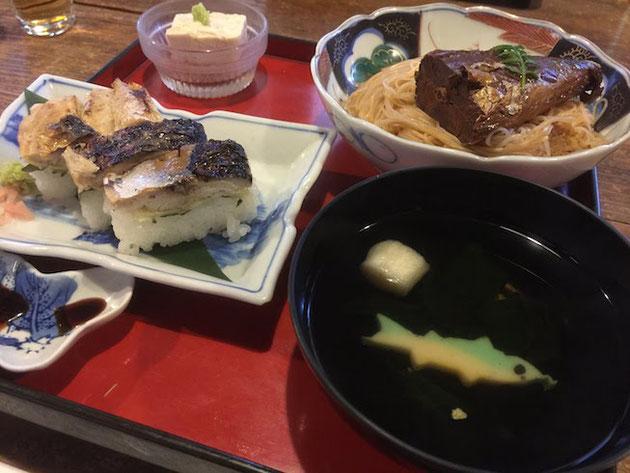 サバ寿司とサバそうめん。お吸い物の魚のかまぼこがニクイ!奥は湯葉でした。