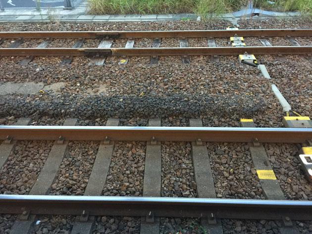 JR大曽根駅の線路。本線はコンクリート製の枕木。複線は天然木の枕木を使っているようだ。