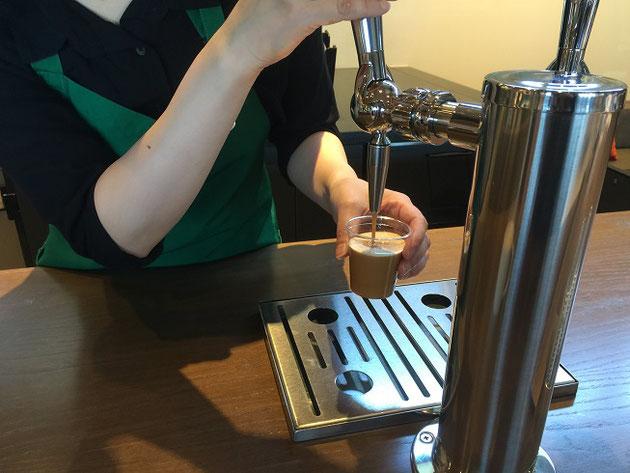 ビールサーバーのようなものから注ぎ出るコールドブリューコーヒー