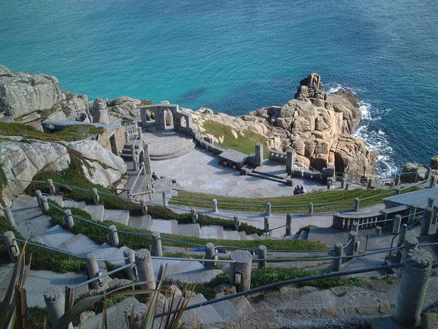 コンウオールの海沿い、いや崖に沿って作られた「ミナックシアター」。これを一人の女性が作り上げた。凄すぎます。